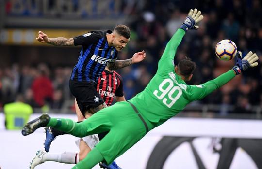 Icardi hôn thắm thiết vợ đẹp sau khi lập công ở derby Milan - Ảnh 1.