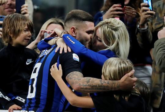 Icardi hôn thắm thiết vợ đẹp sau khi lập công ở derby Milan - Ảnh 4.