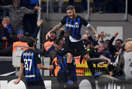 Icardi hôn thắm thiết vợ đẹp sau khi lập công ở derby Milan - Ảnh 3.