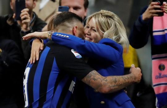 Icardi hôn thắm thiết vợ đẹp sau khi lập công ở derby Milan - Ảnh 5.