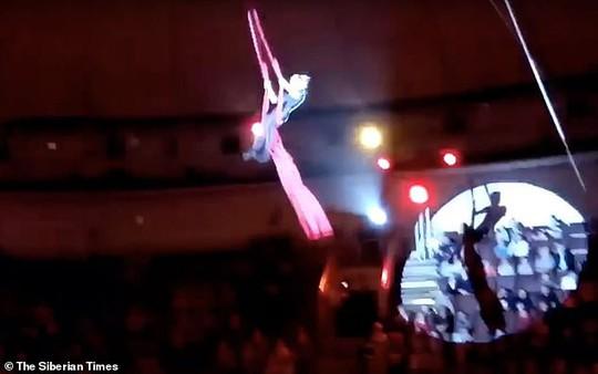 Rơi từ độ cao 4,5 m, nữ nghệ sĩ xiếc gãy tay - Ảnh 2.