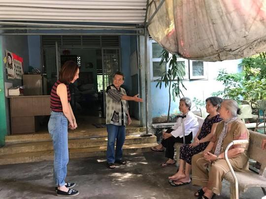 Có một Tóc Tiên giản dị đến thăm viện dưỡng lão nghệ sĩ - Ảnh 2.
