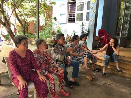 Có một Tóc Tiên giản dị đến thăm viện dưỡng lão nghệ sĩ - Ảnh 12.