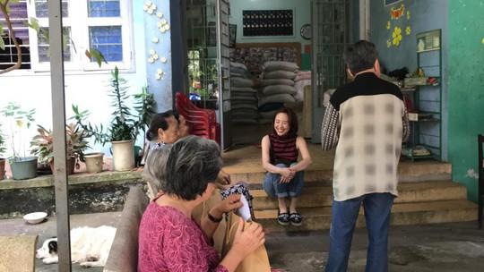 Có một Tóc Tiên giản dị đến thăm viện dưỡng lão nghệ sĩ - Ảnh 3.