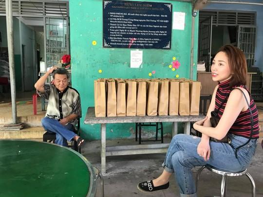 Có một Tóc Tiên giản dị đến thăm viện dưỡng lão nghệ sĩ - Ảnh 4.