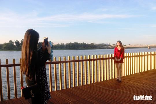 Cận cảnh cầu đi bộ bằng gỗ lim dọc sông Hương - Ảnh 2.