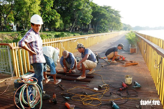 Cận cảnh cầu đi bộ bằng gỗ lim dọc sông Hương - Ảnh 3.