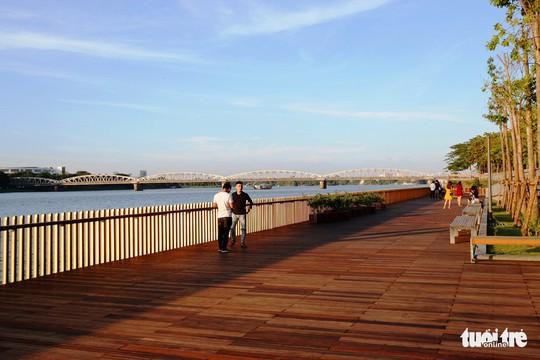 Cận cảnh cầu đi bộ bằng gỗ lim dọc sông Hương - Ảnh 4.