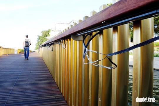 Cận cảnh cầu đi bộ bằng gỗ lim dọc sông Hương - Ảnh 5.