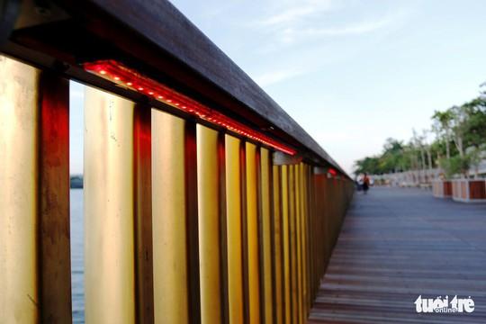 Cận cảnh cầu đi bộ bằng gỗ lim dọc sông Hương - Ảnh 7.