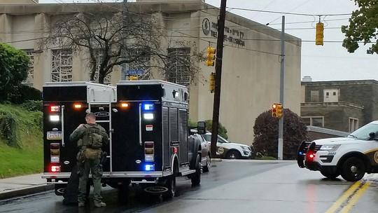 Mỹ: Xả súng tại giáo đường Do Thái, nhiều người thiệt mạng - Ảnh 1.