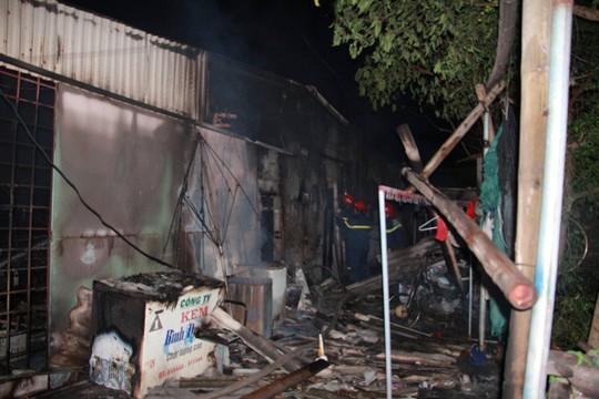 Nhà bán xăng, chồng giận vợ đổ xăng đốt nhà, 3 người bỏng nặng - Ảnh 2.