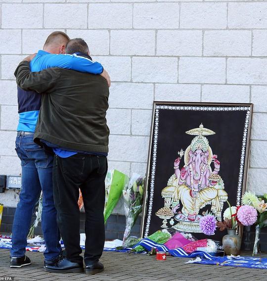 Tỉ phú Vichai gặp nạn trên chuyến bay định mệnh ở sân Leicester - Ảnh 6.