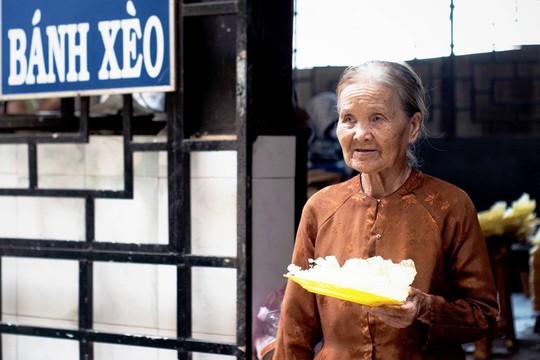 Chùa bánh xèo mời khách ăn miễn phí nghìn chiếc mỗi ngày ở miền Tây - Ảnh 7.