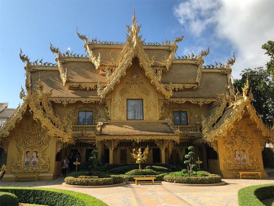 Nhà vệ sinh công cộng đẹp như cung điện dát vàng - Ảnh 1.