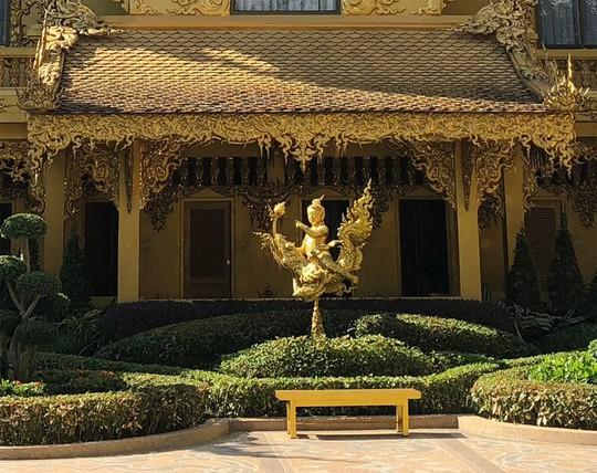 Nhà vệ sinh công cộng đẹp như cung điện dát vàng - Ảnh 2.