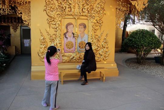 Nhà vệ sinh công cộng đẹp như cung điện dát vàng - Ảnh 6.