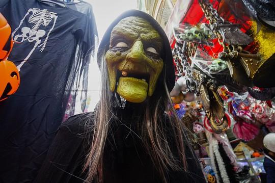 Đổ xô mua đồ hóa trang khi ngày Halloween cận kề - Ảnh 5.