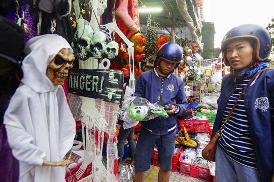 Đổ xô mua đồ hóa trang khi ngày Halloween cận kề - Ảnh 2.