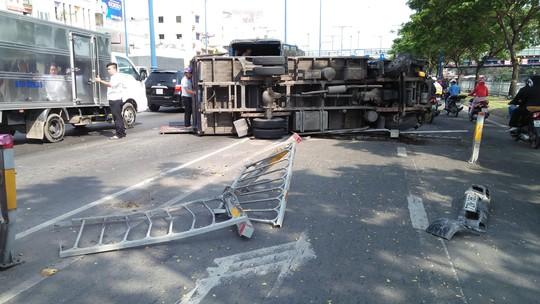 Kinh hãi xe tải văng qua làn xe máy trên đường Võ Văn Kiệt - Ảnh 1.