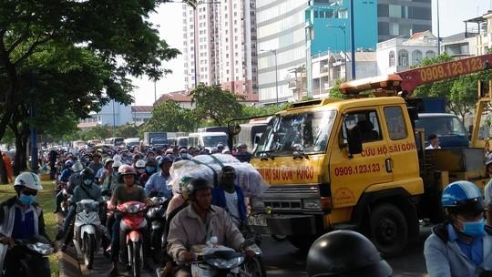 Kinh hãi xe tải văng qua làn xe máy trên đường Võ Văn Kiệt - Ảnh 2.