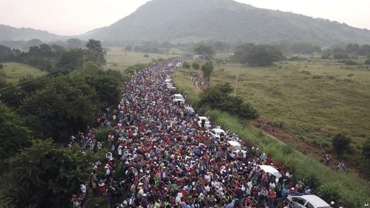 Di dân đổ về, Mỹ phái hơn 5.000 quân tới biên giới, thêm 7.000 quân sẵn sàng - Ảnh 2.