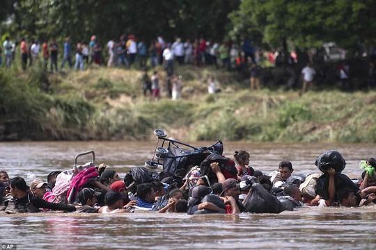 Di dân đổ về, Mỹ phái hơn 5.000 quân tới biên giới, thêm 7.000 quân sẵn sàng - Ảnh 11.