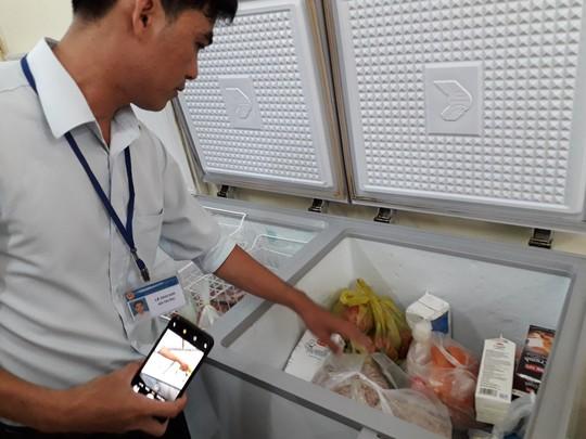Vụ ngộ độc Tân Phú: Phát hiện khay chứa nguyên liệu chứa luôn côn trùng - Ảnh 2.