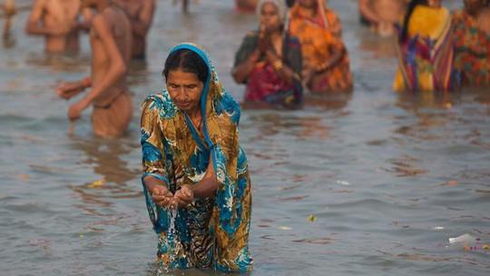 Ấn Độ: Đang tắm sông Hằng, bị lôi lên cưỡng hiếp tập thể - 1