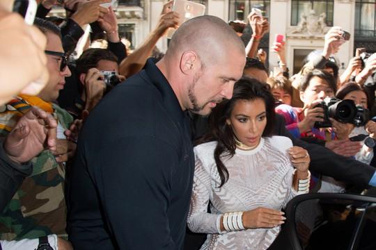 Vụ cướp tại nhà Kim Kardashian: Vệ sĩ bị kiện đòi 6,1 triệu USD - Ảnh 2.
