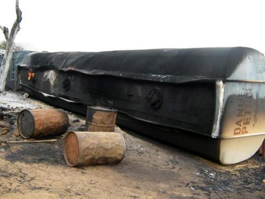 Xe bồn chở nhiên liệu va chạm, 50 người chết - Ảnh 1.
