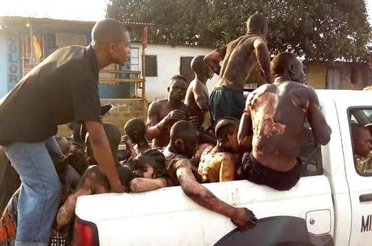 Xe bồn chở nhiên liệu va chạm, 50 người chết - Ảnh 2.