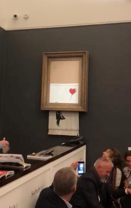 Vừa được đấu giá khủng, bức tranh đột ngột tự hủy thành nhiều mảnh - Ảnh 1.