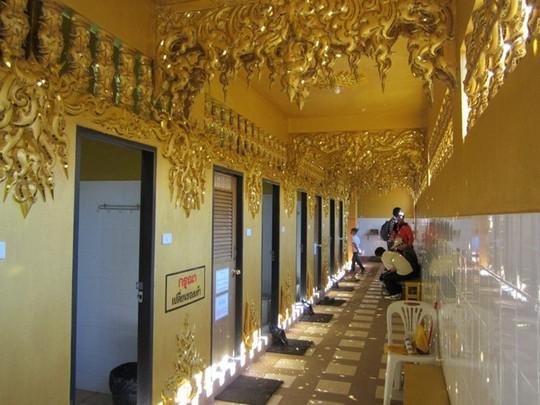 Ngỡ ngàng nhà vệ sinh có kiến trúc cầu kỳ như cung điện - Ảnh 6.