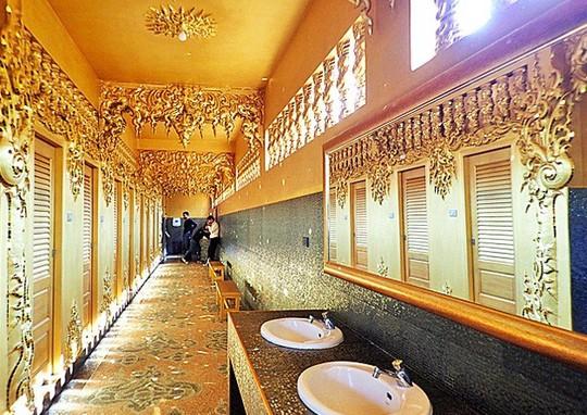 Ngỡ ngàng nhà vệ sinh có kiến trúc cầu kỳ như cung điện - Ảnh 7.