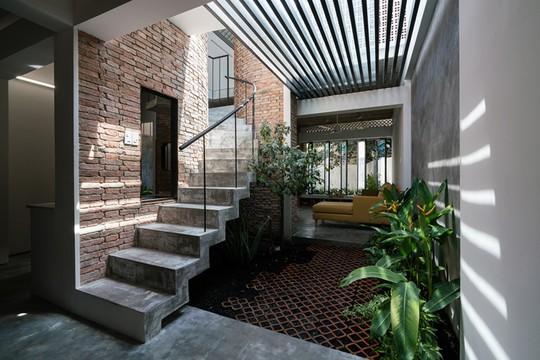 Ngôi nhà gạch mộc ở TP HCM đẹp giản dị trên báo Tây - Ảnh 2.