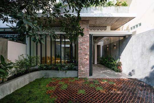 Ngôi nhà gạch mộc ở TP HCM đẹp giản dị trên báo Tây - Ảnh 3.