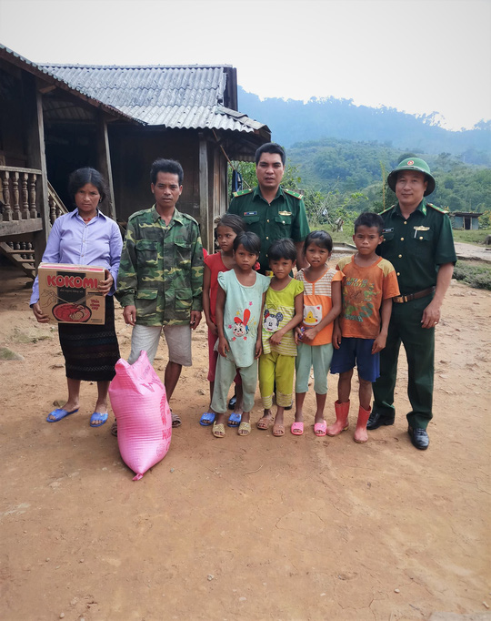 Băng rừng đưa 6 người con của người giữ biên cương về trường học tập - Ảnh 1.