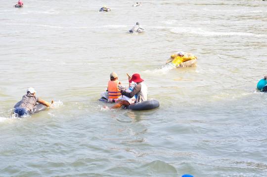 Cá mắc kẹt đầy chân đập hồ thủy điện Trị An - Ảnh 7.