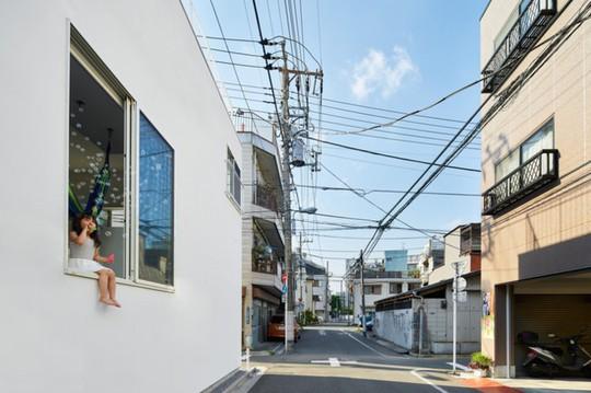 Ngôi nhà Nhật có 7 ban công quay ngược vào trong - Ảnh 2.