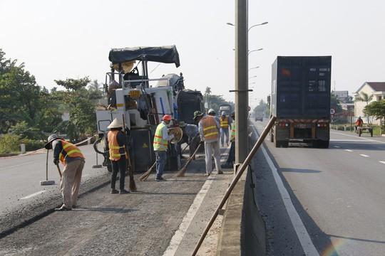 Cận cảnh vá víu quốc lộ ngàn tỉ ở Quảng Nam - Ảnh 2.
