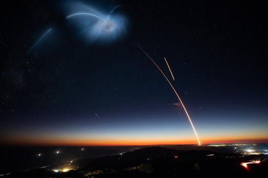 Vầng sáng trôi trên trời khiến dân California hoang mang - Ảnh 3.