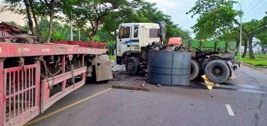 2 xe container đối đầu kinh hoàng, cuộn thép 30 tấn văng xuống đường - Ảnh 3.