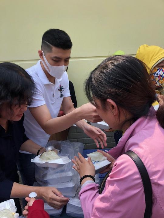 Sau hình ảnh trai hư, Noo Phước Thịnh tặng cơm cho bệnh nhân nghèo - Ảnh 2.