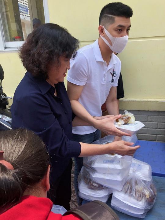 Sau hình ảnh trai hư, Noo Phước Thịnh tặng cơm cho bệnh nhân nghèo - Ảnh 1.