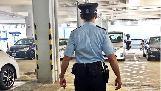 """Đội mũ ngược, cảnh sát Hồng Kông """"gặp họa"""" - Ảnh 1."""
