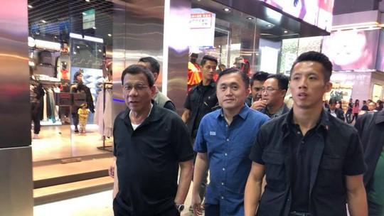 Du hí Hồng Kông không đúng lúc, ông Duterte hứng bão chỉ trích - Ảnh 1.