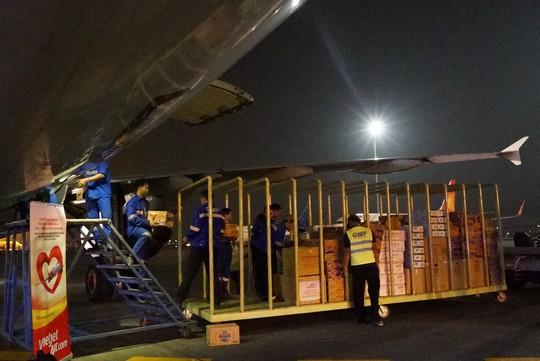 Vietjet khẩn trương hoạt động cứu trợ nạn nhân động đất - sóng thần Indonesia - Ảnh 1.