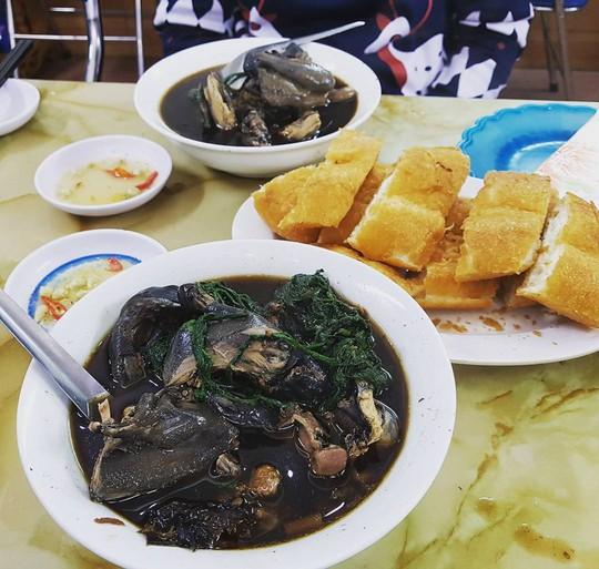 Lẩu cá hồi, rau mầm đá hấp dẫn du khách đến Sa Pa mùa này - Ảnh 5.