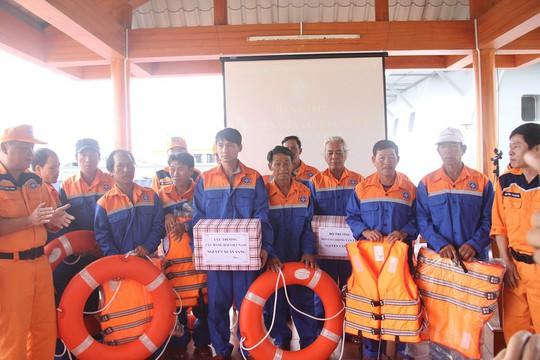 Vượt sóng dữ cứu 11 ngư dân gặp nạn trong đêm - Ảnh 2.